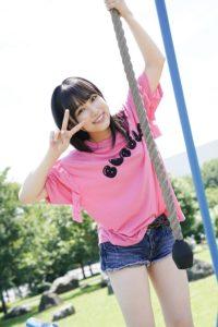 2017年ブランコに乗るピンクのシャツの矢吹奈子