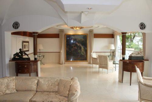 白い壁に大理石の床の豪邸のリビング