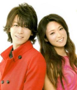 ピンクの服の深田恭子と赤いシャツの亀梨和哉