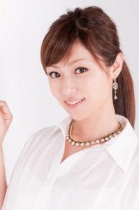 白いシャツにスワロフスキーの首飾りをする深田恭子