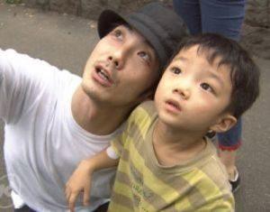 野村萬斎さんと幼い頃の野村裕基さんの親子ツーショット。