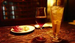 暗めの照明の空間に料理とワインが並ぶ空間
