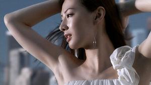 白いオープンショルダーの横顔が美しい北川景子