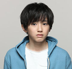 白いシャツに青いパーカーを着た道枝駿佑