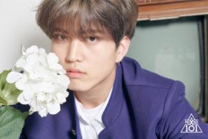 白い花に顔を寄せるイサンホ