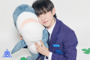 鮫のぬいぐるみに頬を寄せるイウォンジュン