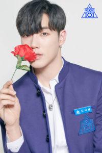 赤いバラを口に寄せるオセボム