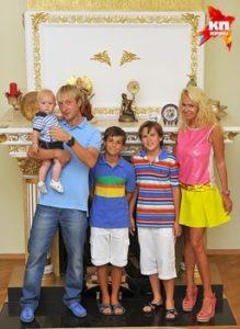 プルシェンコとヤナさんと3人の子供との白い暖炉の前で家族写真