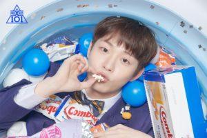お菓子のプールでポップコーンを食べるうジェウォン