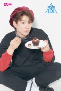 座った体勢でケーキを食べようとするユンジョンファン