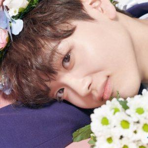 花冠をして寝転ぶソンヒョンジュン