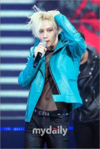 金髪の前髪を書き上げるブルーのジャケットを着たテミン