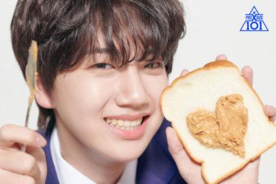 食パンにピーナッツバターでハートを作るハムウォンジン
