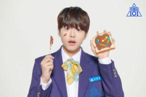 チョコクリームの付いた食パンとナイフを持ったイジヌ
