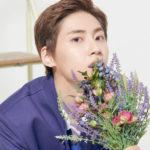 プデュの制服を着て花束を持つイジニョク